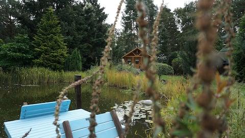 Rodinná drevená chatrč pri rybníku v Havellande