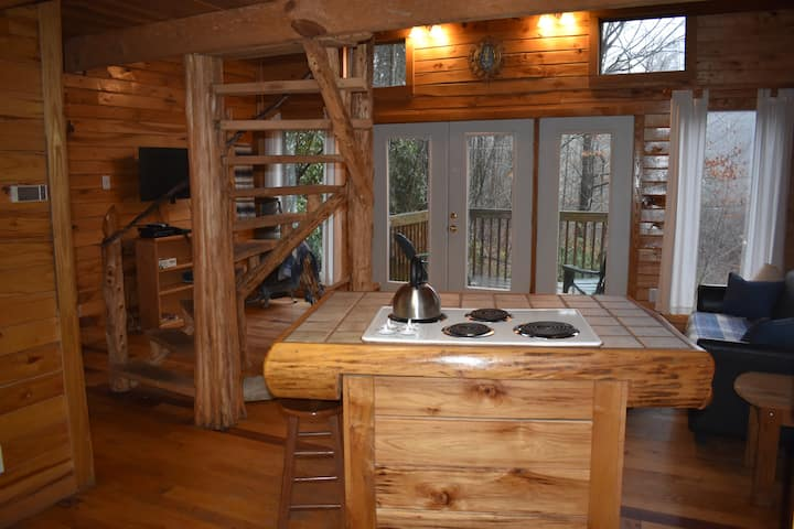 Cozy Cabin near RRG & Muir Valley, Jacuzzi Tub!