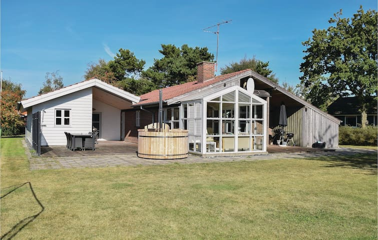 Holiday cottage with 4 bedrooms on 82 m² in Juelsminde