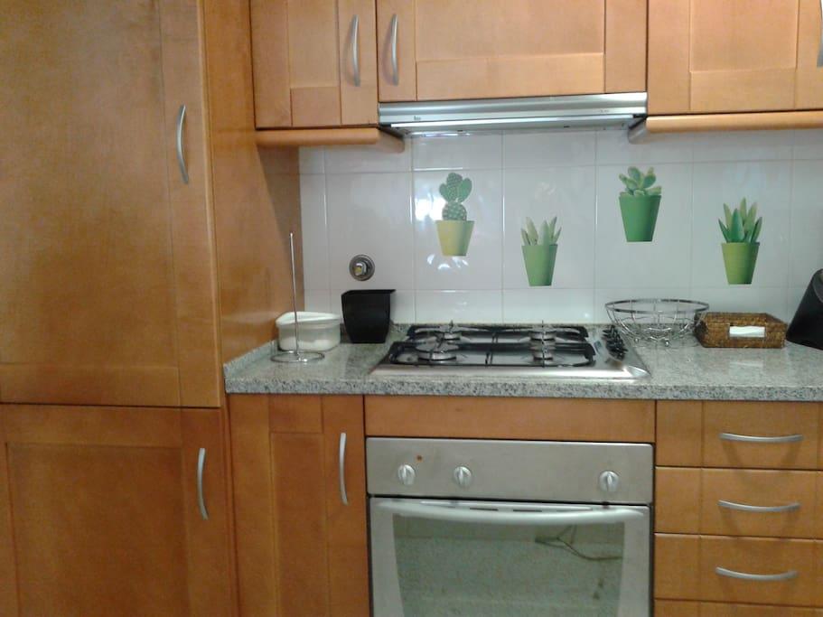 cozinha com fogão e frigorifico
