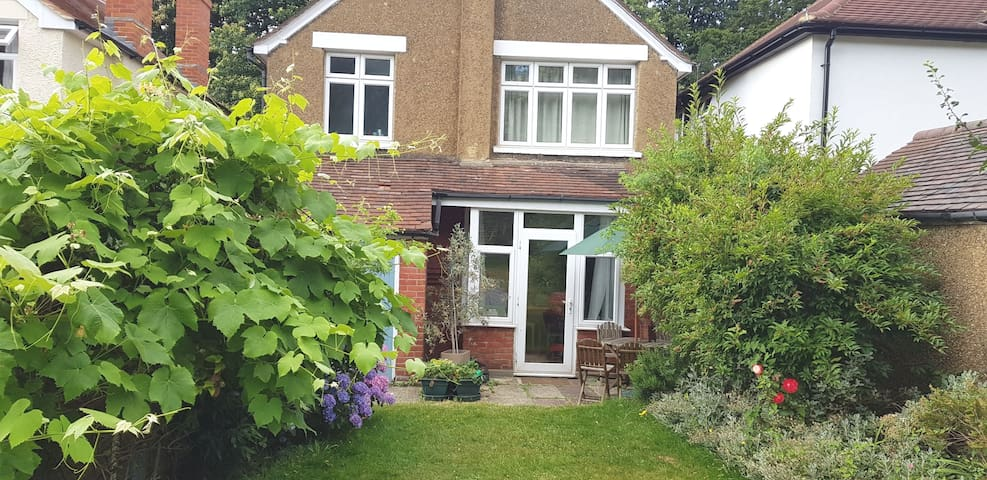 Detached 3 bed house, quiet road nr both stations