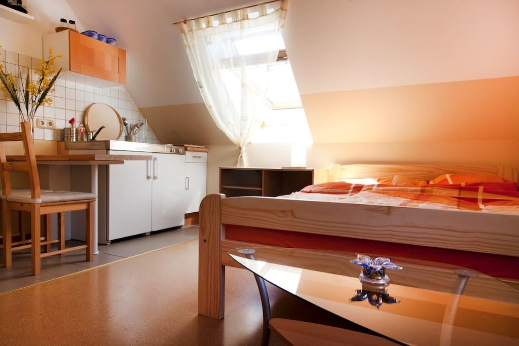 Schlafzimmer mit Miniküche im 1. OG