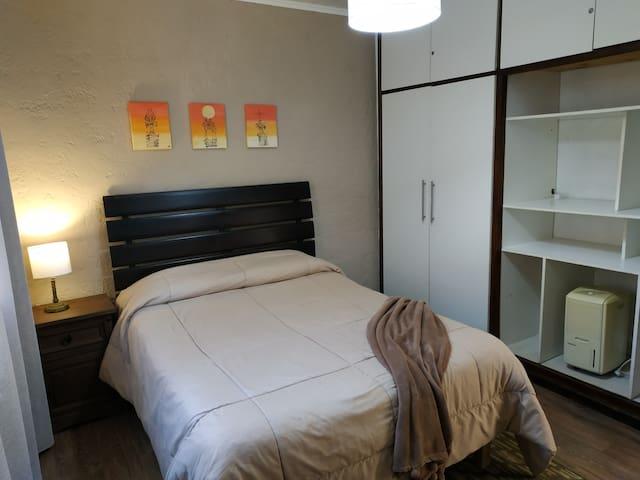 Dormitorio 2 ,cama de dos plazas con ropa de cama y toallas.Amplio placard