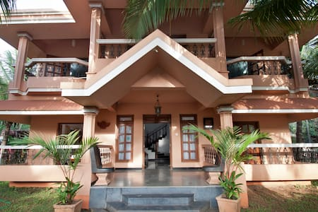 Room type: Entire home/apt Property type: House Accommodates: 12 Bedrooms: 4 Bathrooms: 3