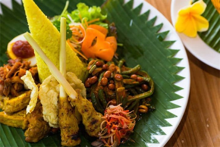 The menu offers a flavorsome choice of Indonesian specialty dishes as well as more familiar international culinary delights with a distinct emphasis on island-fresh ingredients.