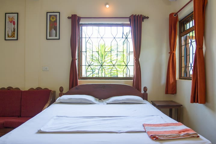 Standard AC double room Morjim Beach Goa 300 mtr - Morjim - Apartment