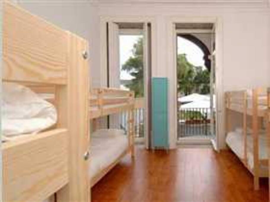 Dormitório Masculino R/C com Varanda, vista para o jardim e WC privativo