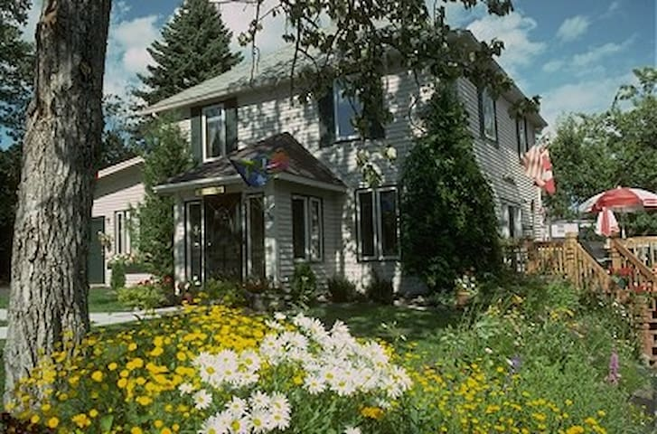 Art House Bed and Breakfast - Grand Marais - Bed & Breakfast