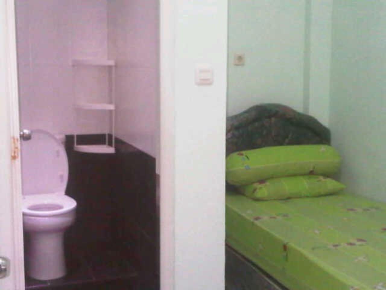 Kamar kost dengan kamar mandi dalam