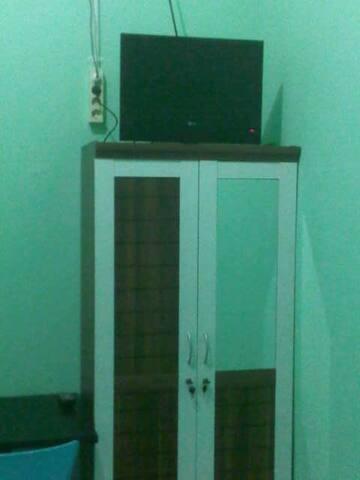 Televisi dan lemari pakaian