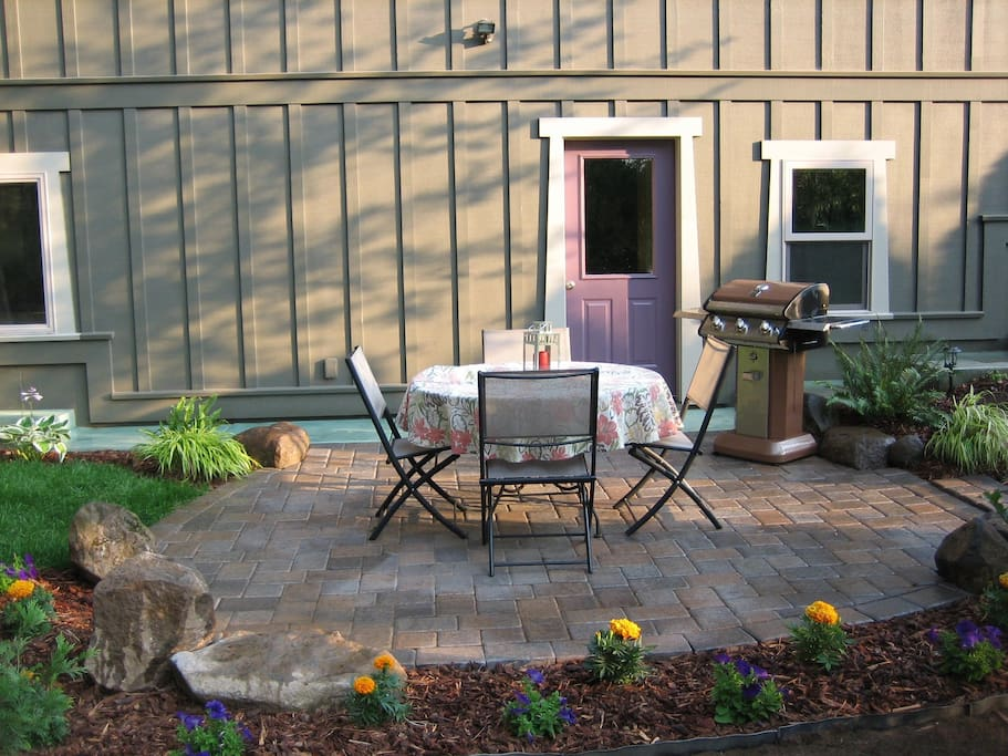 Walk out from your private entry studio to a secluded outside patio and enjoy peace and quiet.