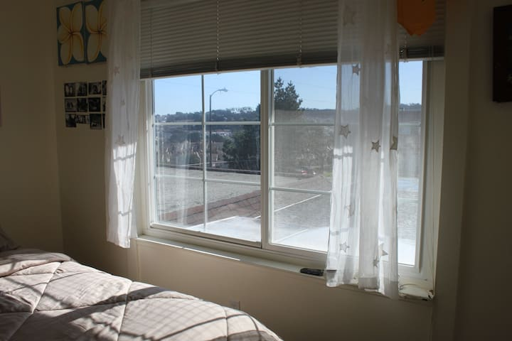 Cozy & cool private room with Views - South San Francisco - Huis