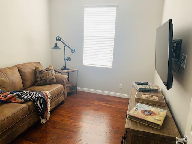 Townhouse in Irvine - Affordable, very nice room!!