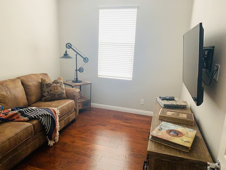 Irvine/Private Room w/Sofa bed & TV-Extended Stay
