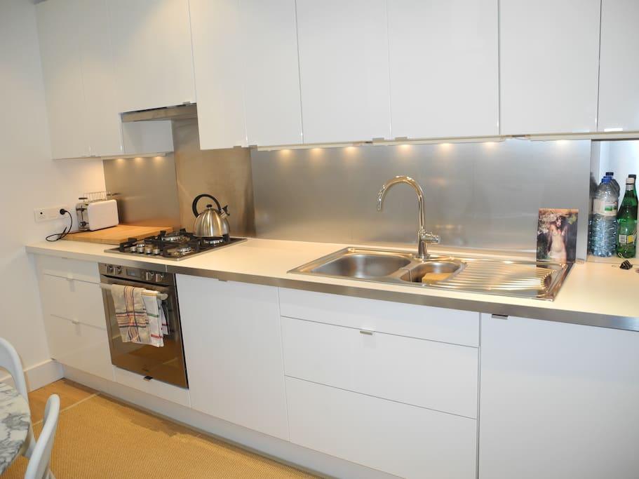 Kitchen/tout equipée. No Microwave