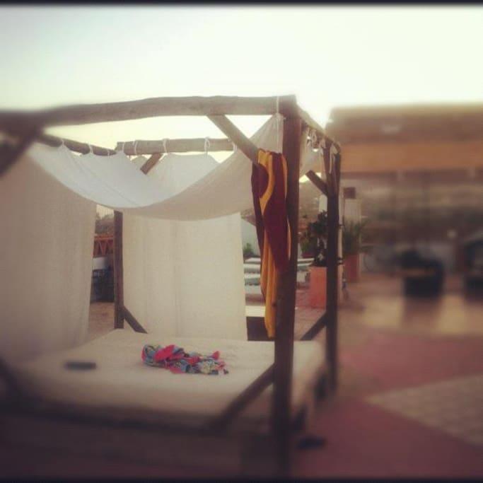 Cama balinesa en la terraza