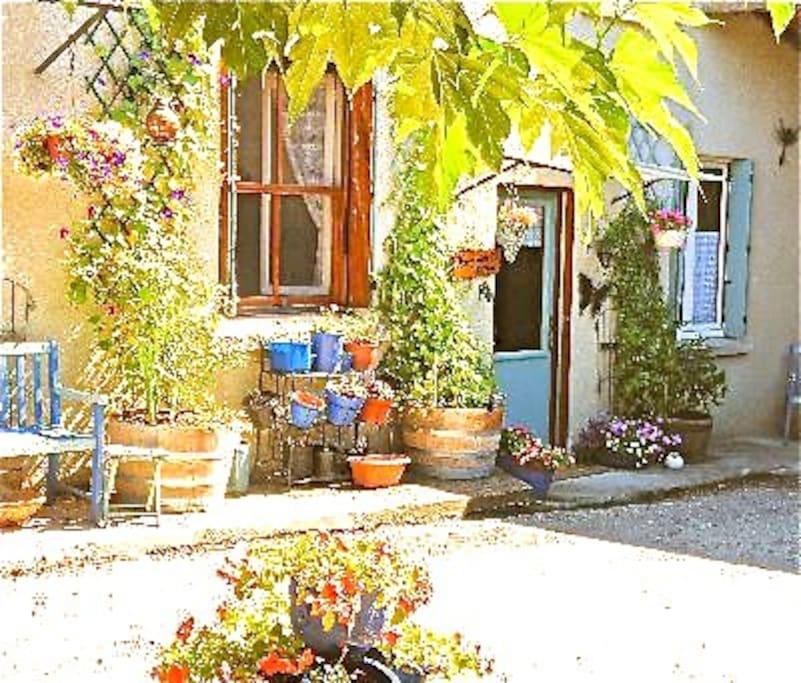 Pretty Honeysuckle Cottage