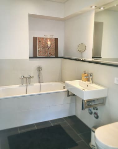 Central room in brand new building, private bath - Berlin - Leilighet