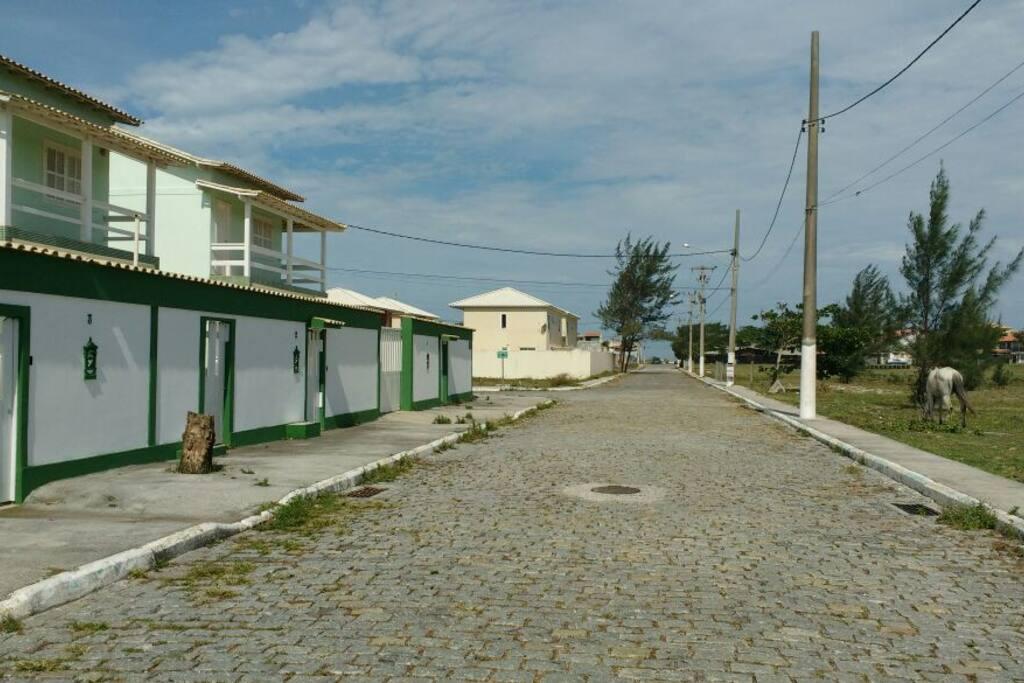 Esta é a rua, à frente tem uma Rodovia, atravessando 3 minutos à frente fica a praia das Dunas.