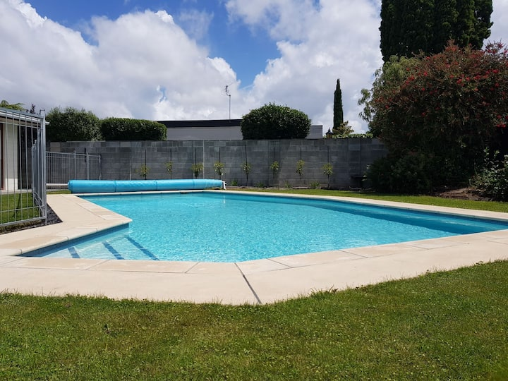 Luxury family oasis. Pool, park, close to airport