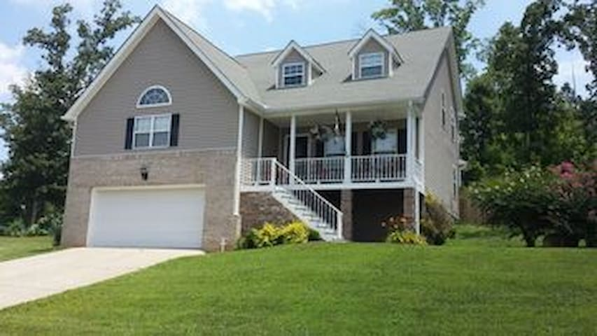 Lovely 4bed/2.5bath home close to Ocoee and mtns!