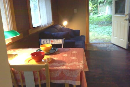sweet private backyard bungalow - Camano Island - Hytte