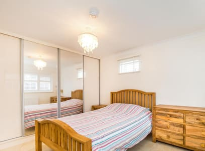 PRIVATE DOUBLE ROOM IN GREATER LONDON