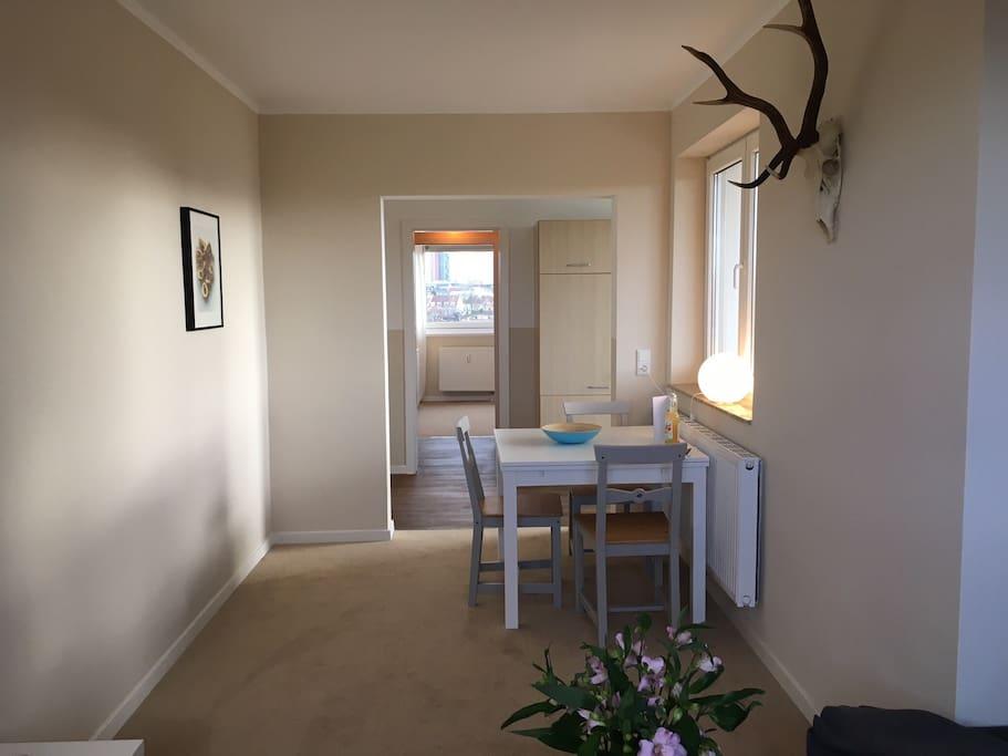 Blick vom Sofa Richtung Küche und Schlafzimmer