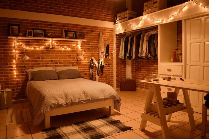 Habitación con cama matrimonial y clóset