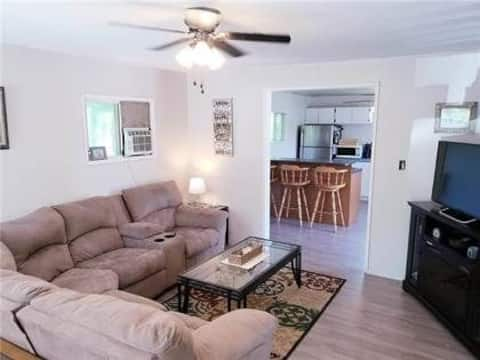 Cheerful two bedroom cabin with free Wi-Fi