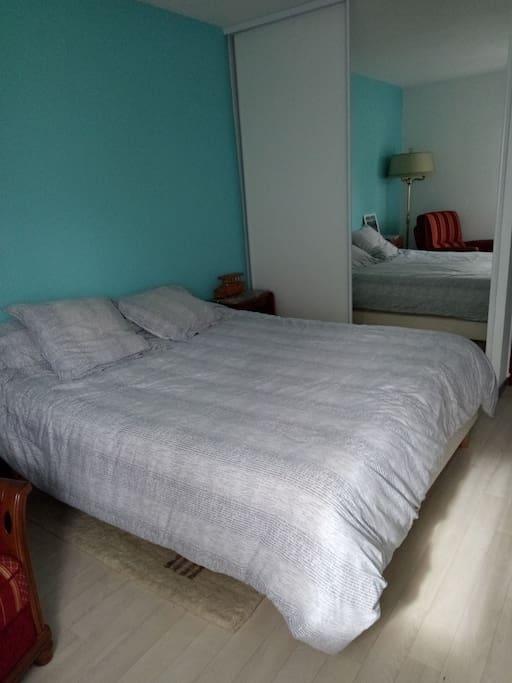 chambre avec lit 2 places en 160 cm.
