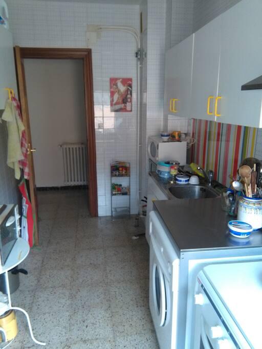 La cuisine avec tous les équipements nécessaires