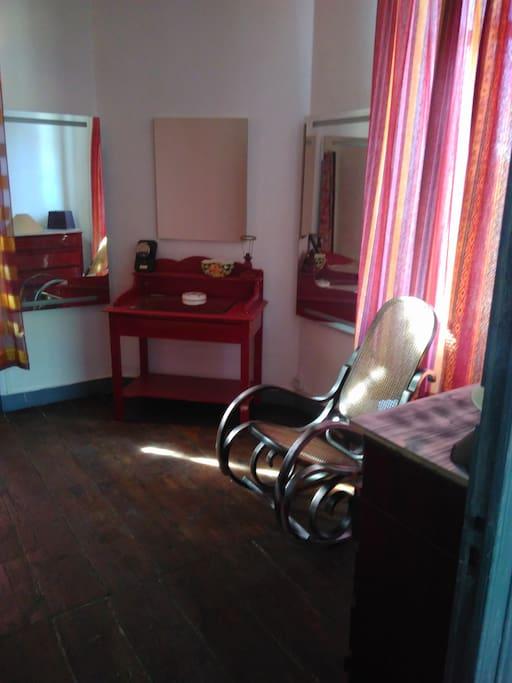 chambre rouge de 12m2 grande maison centre ville townhouses for rent in andernos les bains. Black Bedroom Furniture Sets. Home Design Ideas