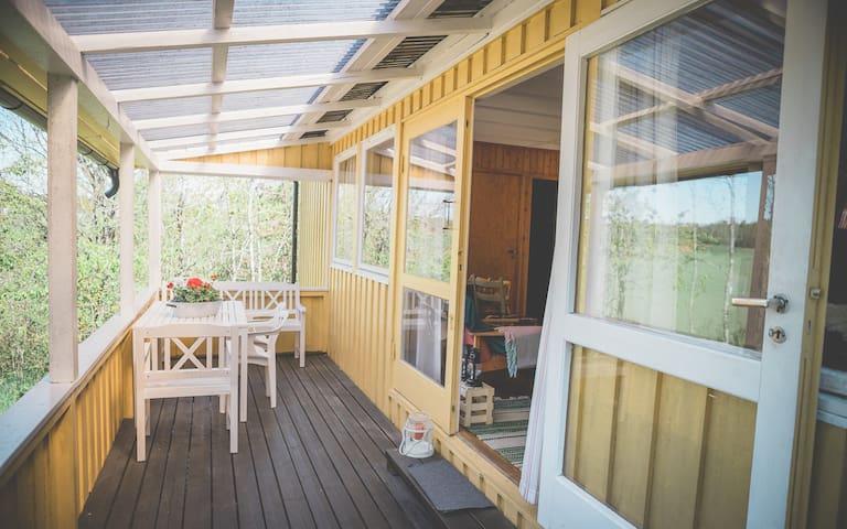 Idyllisk hytte på stor naturtomt