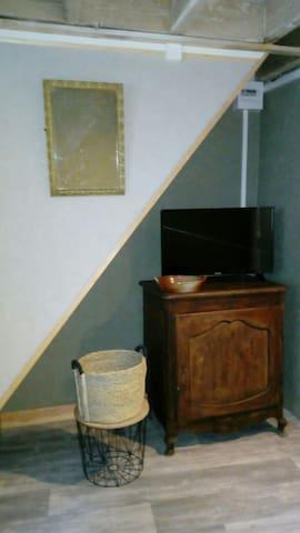 Coin salon , avec télévision 80 cm.