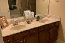 Master on-suite bathroom w/dual vanities