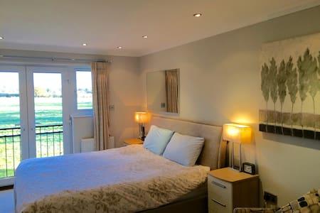 Modern 4 bedroomed Family House - Otterbourne