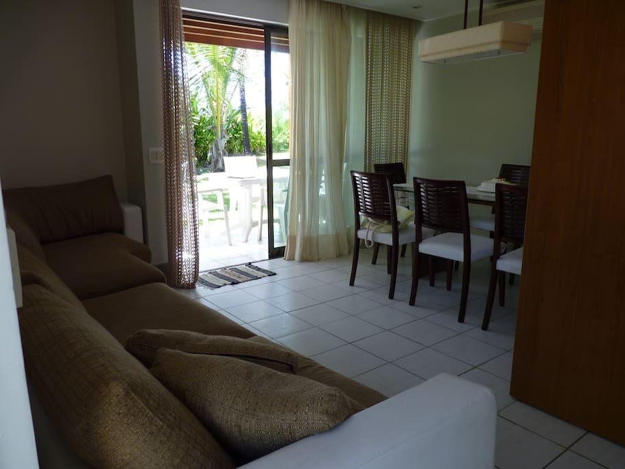 sala com sofa, mesa, ar condicionado