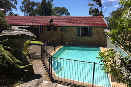 Large master-bedroom, ensuite bathroom and pool - Killarney Heights