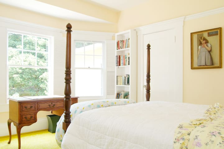 Sunny Garden Bedroom W/Private Bath