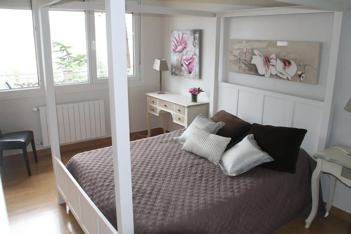 Dormitorio principal con vistas.