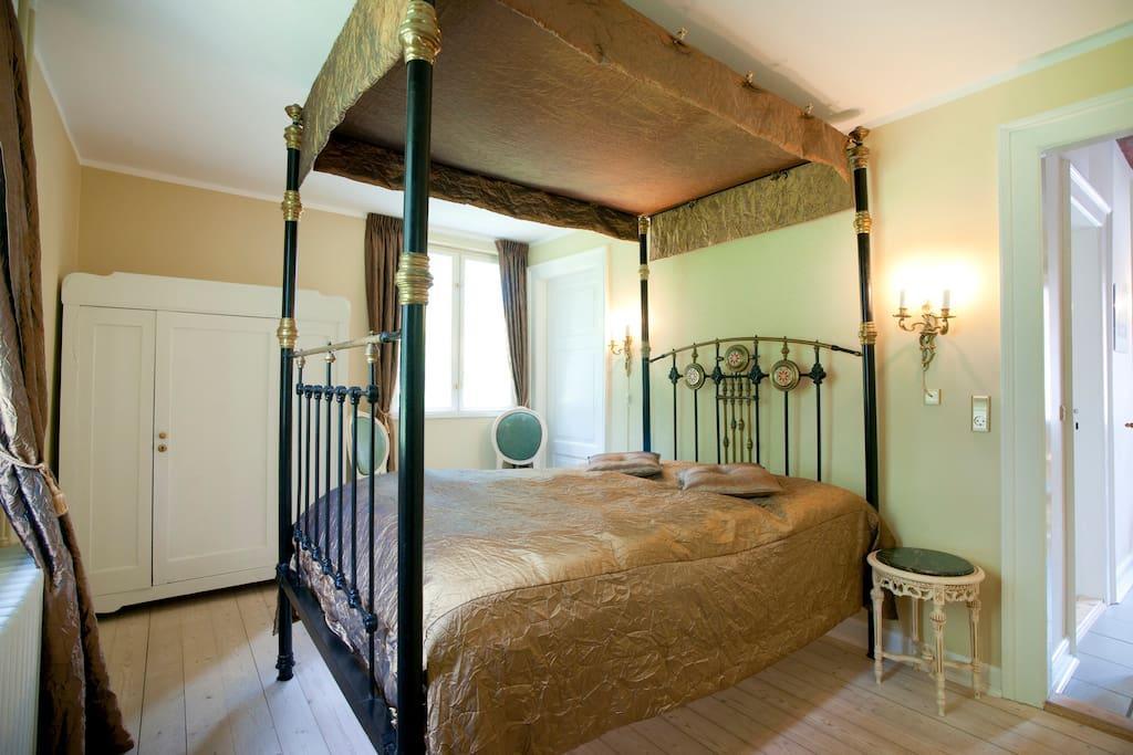 Værelse 1, - Et af Jerstrups 18 dobbeltværelser med eget bad/wc.