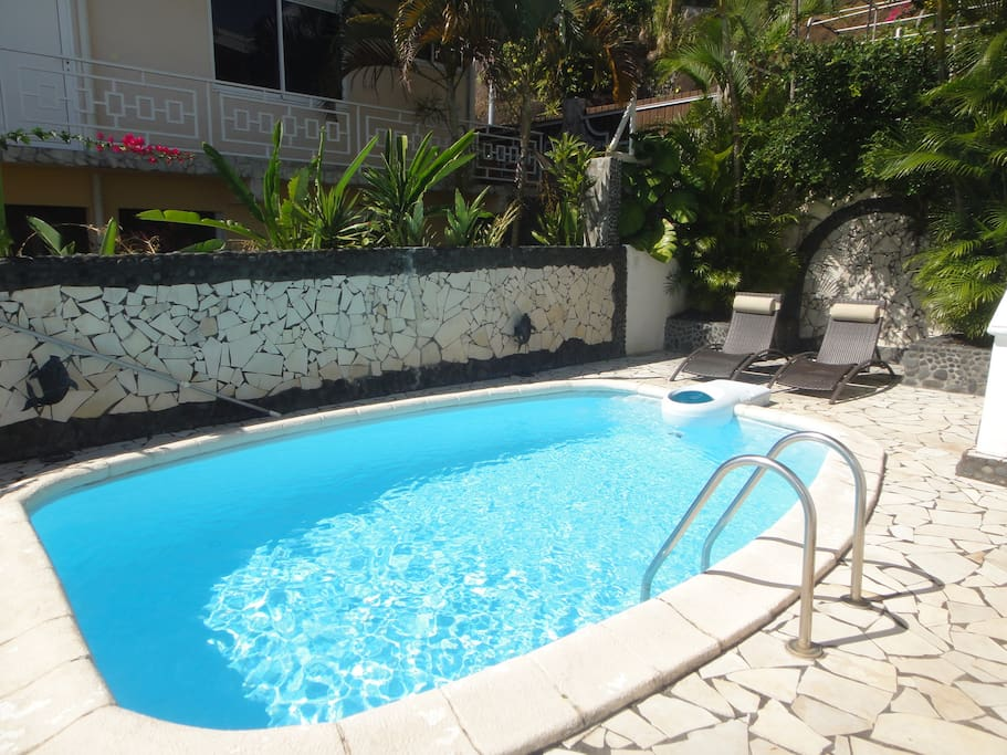 PISCINE ET BAINS DE SOLEIL / YOUR PERSONAL SWIMMING POOL