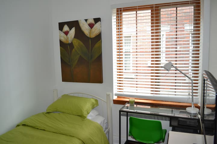 Private BR 5min from UdM & HEC (C)