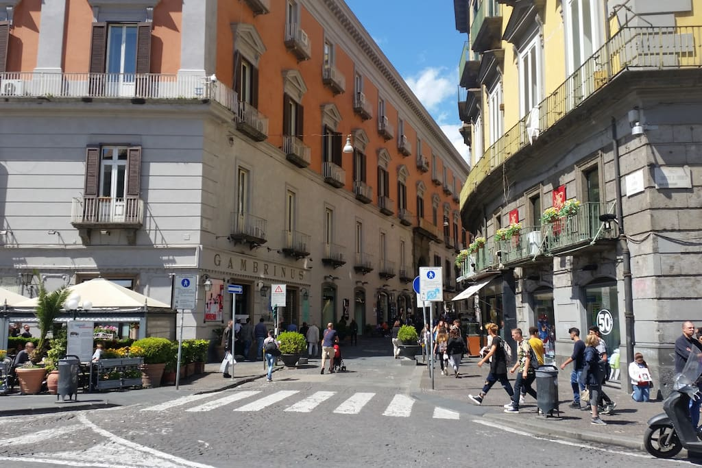 """...nelle immediate adiacenze di via Chiaia e del bar """"Gambrinus"""""""