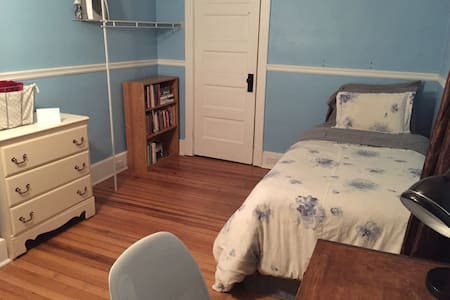 Lovely B&B-Style Blue Room in Beautiful Home - Binghamton - Casa