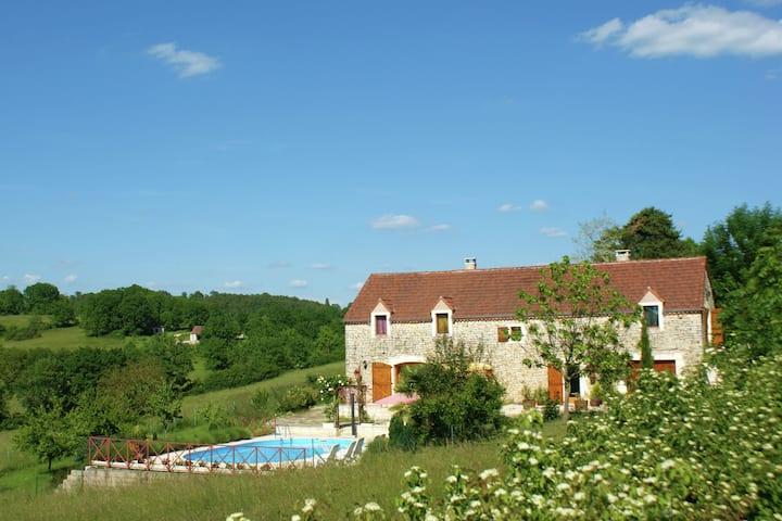 Charmante maison de vacances à Thédirac avec piscine