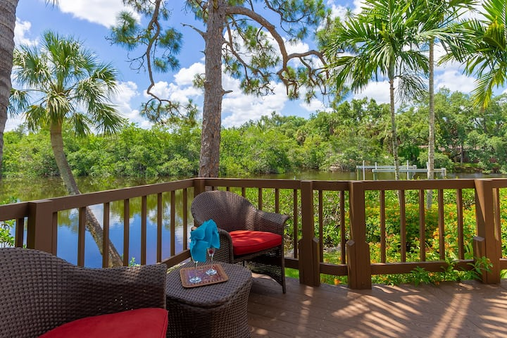 Key-Wester, 2 bedroom, den with sofa bed, pool, Jacuzzi gated Community