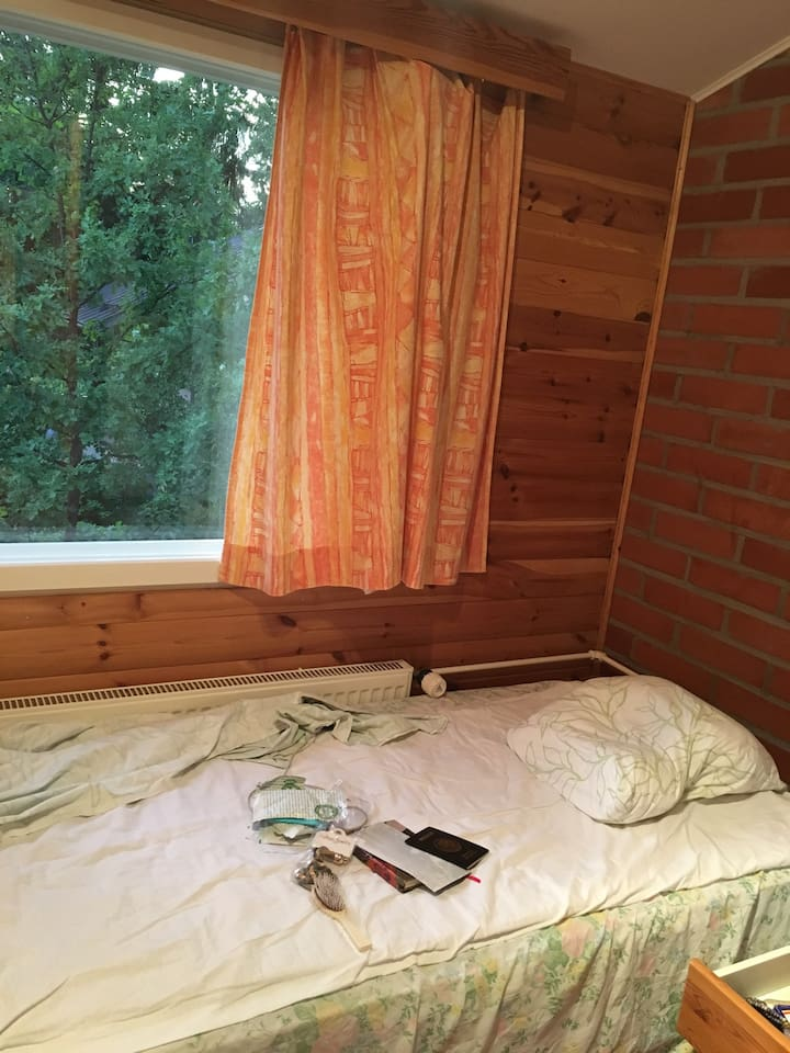 2 single beds in a room, quiet residential area