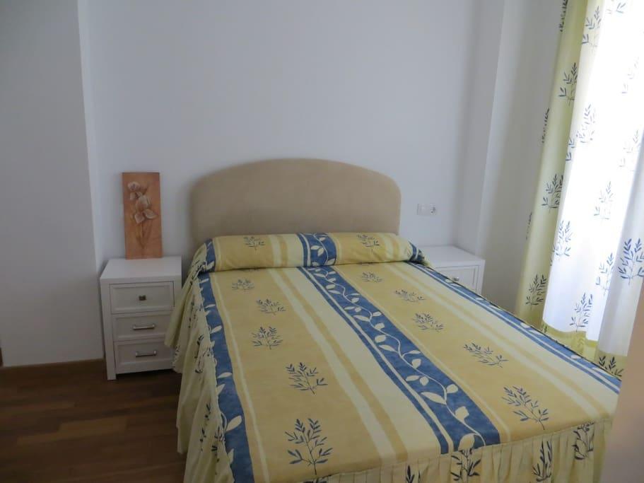 Main bedroom (double bed, wardrobes) - Habitación principal (cama de matrimonio, armarios)